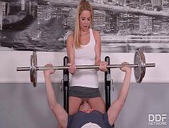 nifeta fazendo sexo oral no personal trainer