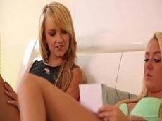 novinha lesbica pegando a colega