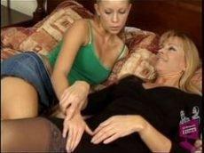 Novinha loira gostosa bem safadinha na transa com a amiga lésbica safada