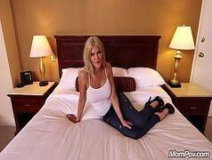 Nudevista novinha loira seduzindo o marmanjo dotado com sua mamada gostosa