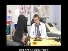 Pornor com uma morena gostosa dando em cima de seu médico