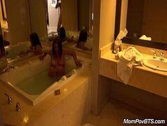 Putinha gostosa fazendo sexo intenso no banheiro da mansão