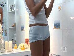 Russa novinha se masturbando na banheira