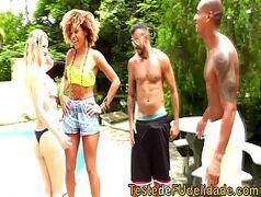 Sexo brasileiro na frente de uma linda piscina com a tesuda Juliana Bombom