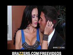 Video porno com uma morena safada que curte dar para dois marmanjos ao mesmo tempo comendo a professora
