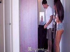 Videos de sexo com a morena gostosa metendo forte com seu massagista