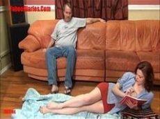 Vidio porno com a novinha magrinha que ama meter no meio da sua sala