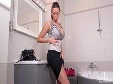 Baixar videos porno madurinha safadinha seduzindo no banheiro na siririca