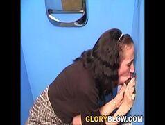 Confira o vídeo dessa morena safadinha dando uma mamadinha na rola do negão