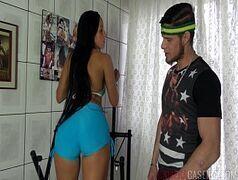 Malandra ninfeta brasileira entregando a buceta gostosa pro personal pauzudo e safado