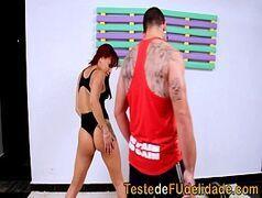 Maromba dotado fudendo as duas brasileirinhas bem gostosas depois da ginastica