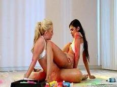 Novinha magrinha fodendo com amiga lesbica