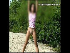 Novinha se masturbando na praia