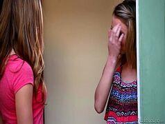 Novinhas safadas e magrinhas que são duas lindas lésbicas loirinhas que são um tesão se pegando dentro do quarto