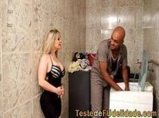 Porno brasileiro online e gratis com uma super loirona bem gostosa mesmo que fode bem gostoso com seu vizinho que é um negão bem dotado pra caralho