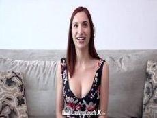 Porno tube com uma ruivinha bem novinha mas que já sabe tudo em matéria de boquete e chupa uma pica como se fosse uma profissional