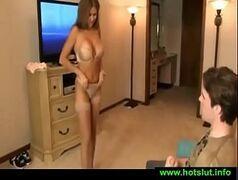 Putinha fazendo strip tease pro namorado sortudo antes de irem dormir