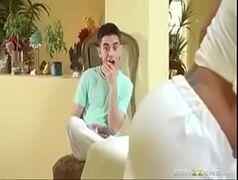 Rabuda da brazzers seduzindo o marmanjo mais jovem de muita sorte durante a massagem