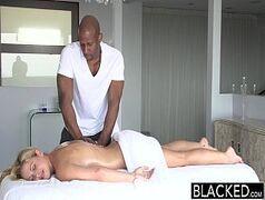 Sexo interracial com o negão socando a pepeca dessa loira