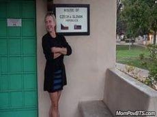 Vadiazinha loira seduzindo o marmanjo pauzudo no banheiro publico