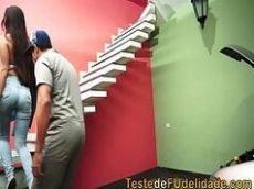 Video porno brasileiro com a morena gostosa e safada da porra dando em cima de seu mecânico que é casado