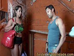 Video porno brasileiro com uma loira safada do caralho seduzindo um homem casado que tira a pica para fora e ela cai de boca com tudo