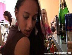Videos porno com uma monte de novinha sem vergonha que ficou bêbada na festinha da fraternidade de uma faculdade