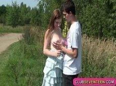 Vidiosexo novinha levando rola no meio do mato