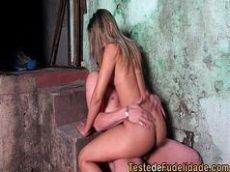 X video porno online do Brasil com a loirona muito gostosa metendo forte com seu titio filho da puta nas escadas da favela