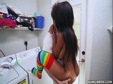 X videos porno online com uma neguinha bem safadinha e toda magrinha que esta devorando uma rola grande na lavanderia