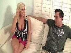 Xvideos com uma loira rabuda muito gostosa sendo torada de quatro
