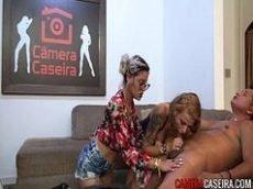 Casa das brasileirinhas com sortudo fodendo duas gostosas