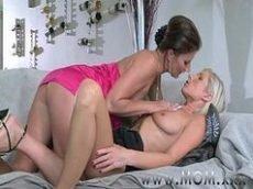 Duas mulheres gostosas se chupando e fazendo putaria até gozar