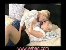 Duas ninfetas lésbicas transando como se não houvesse amanhã antes de irem para a faculdade