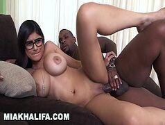 Mia Khalifa atriz porno muito putinha e peituda dando pro negão