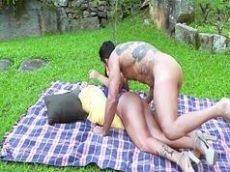 Ixxx com um casal do porno brasileiro bem sem vergonha dando uma boa trepadinha no meio do jardim de casa