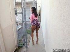 Mulher mulata de saia florida em porno com o negão sarado dando uma
