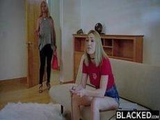 Negro fode patricinha loira num filme porno