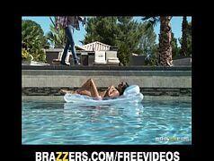 Novinha nega fazendo sexo delicioso no dia de verão com o marmanjo safado