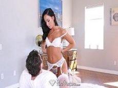 Sexlog com uma coroa morena que chega toda sensual de lingerie branca para foder com um cara bem dotado