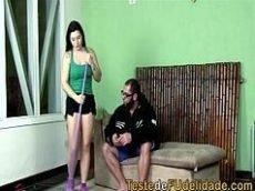Sexo videos porno brasileiro com uma empregada bem gostosa dando em cima de seu patrão no meio da sala