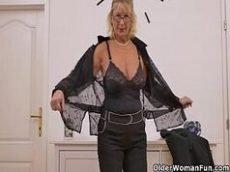 Velha no cio não aguenta e grava um video porno de masturbação vaginal