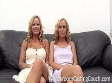 Videos de sexo bem do caralho com duas loiras se pegando gostoso demais na frente do chefe delas em cima do sofá
