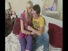 X.videos com mais uma linda loirinha que é uma novinha bem safadinha que usa rabinho de cavalo dando para seu namoradinho