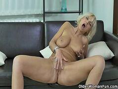 Xvideos porno online com uma coroa loirona bem sem vergonha dando uma boa siriricada na xoxota com tudo