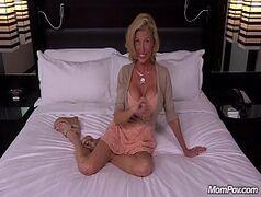 Xvidoes porno com uma coroa dos peitos siliconados bem gostosos e durinhos mesmo em uma transa frenética