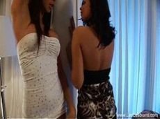 Cena de sexo entre duas moreninhas lesbicas bem fogosas de dezoito aninhos se pegando com tudo em cima do sofá