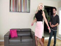 Loira coroa Alena seduz o garoto bonito e fazem amor na sala de estar