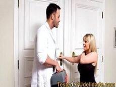 Loira deliciosa brasileira fazendo sexo com o massagista dotado de muita sorte e tesão