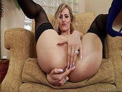 Loirona em xporno anal com dedada em seu furico e pica gigante entrando sem dó